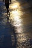 Het lopen op gouden strand Royalty-vrije Stock Foto