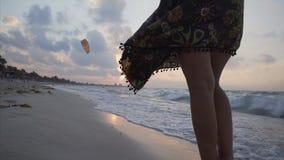 Het lopen op het strand bij zonsondergang stock videobeelden