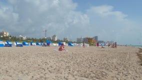 Het lopen op het Strand van Miami stock footage