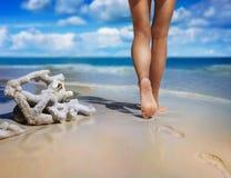Het lopen op het zand Stock Foto's