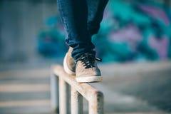 Het lopen op staalpijp met saldo Royalty-vrije Stock Fotografie