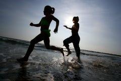Het lopen op strand Stock Foto