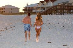 Het lopen op Zand Stock Foto's
