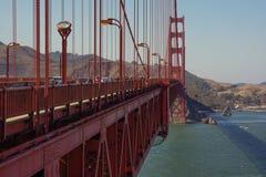 Het lopen over beroemd golden gate bridge royalty-vrije stock fotografie