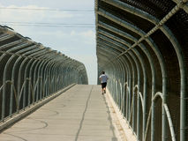 Het lopen over een voetbrug royalty-vrije stock foto