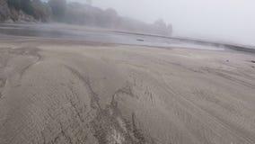 Het lopen over Sandy Beach Towards Small Stream stock videobeelden