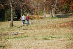 Het lopen in park stock afbeelding