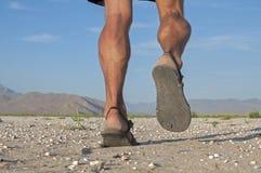 Het lopen in sandals Stock Afbeeldingen