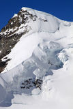 Het lopen in sneeuw aan de bovenkant van Zwitserse Rottalhorn Royalty-vrije Stock Foto
