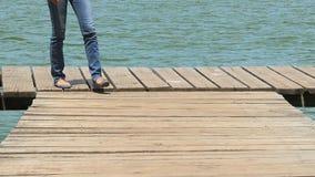 Het lopen stappen op een houten ponton stock videobeelden