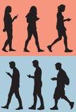 Het lopen terwijl Texting Royalty-vrije Stock Afbeeldingen