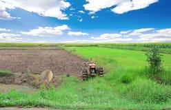 Het lopen tractor in landbouwbedrijf stock afbeeldingen