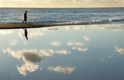 Het lopen tussen overzees en hemel Stock Foto