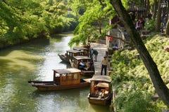 Het lopen van boten bij de meertros in Sudzhou Stock Afbeelding