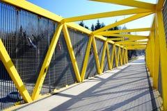 Het lopen van brug over bybass van Vilnius-stad in westelijke kant Stock Foto's