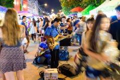 Het lopen van Chiang Mai van de zondagmarkt straat Stock Afbeeldingen