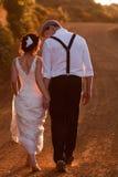 Het lopen van de bruid en van de bruidegom Stock Foto's