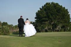 Het lopen van de bruid en van de Bruidegom Stock Fotografie