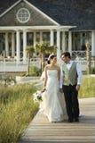 Het lopen van de bruid en van de bruidegom. Royalty-vrije Stock Fotografie
