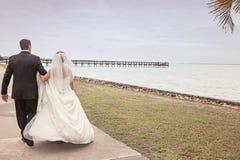 Het lopen van de bruid en van de bruidegom Royalty-vrije Stock Afbeelding