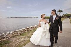 Het lopen van de bruid en van de bruidegom Stock Foto