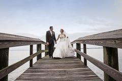 Het lopen van de bruid en van de bruidegom Royalty-vrije Stock Fotografie