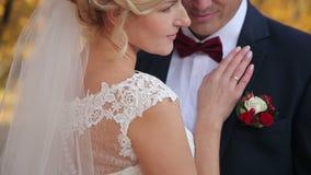 Het lopen van de bruid en van de bruidegom stock videobeelden