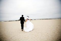 Het Lopen van de bruid en van de Bruidegom royalty-vrije stock foto