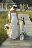 Het lopen van de bruid en van het bloemmeisje. Stock Foto's