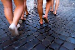 Het lopen van de Cobblestoned-Straten stock fotografie
