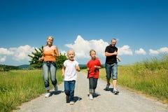 Het lopen van de familie Stock Afbeelding