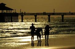 Het lopen van de familie strand Stock Foto