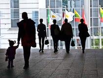 Het lopen van de groep mensen. Silhouetten. Royalty-vrije Stock Foto's