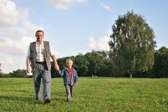 Het lopen van de grootvader en van de jongen Royalty-vrije Stock Afbeeldingen