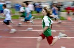 Het lopen van de jongen bij spoor komt samen Royalty-vrije Stock Foto
