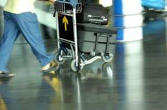 Het lopen van de luchthaven stock foto's