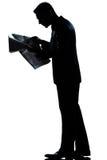 Het lopen van de mens de volledige lengte van de lezingskrant Stock Afbeeldingen