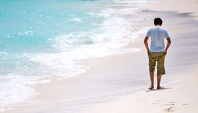 Het lopen van de mens strand royalty-vrije stock fotografie