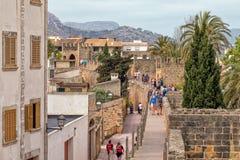 Het lopen van de Middeleeuwse Stadsmuren, Alcudia, Majorca stock fotografie