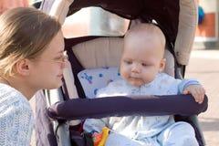 Het lopen van de moeder en van de baby Royalty-vrije Stock Fotografie