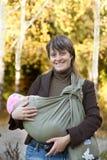 Het lopen van de moeder en van de baby royalty-vrije stock afbeeldingen