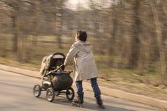 Het lopen van de moeder en van de baby Stock Afbeeldingen