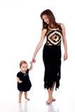 Het lopen van de moeder en van de dochter Stock Afbeeldingen