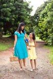 Het lopen van de moeder en van de dochter Royalty-vrije Stock Foto's