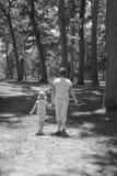 Het Lopen van de moeder en van de Dochter Royalty-vrije Stock Afbeeldingen