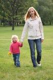 Het lopen van de moeder en van de dochter royalty-vrije stock afbeelding