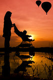 Het lopen van de moeder en van de zoon Stock Afbeelding