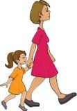 Het lopen van de moeder en van het kind Stock Fotografie