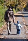 Het lopen van de vader en van de zoon Stock Fotografie