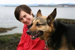 Het lopen van de vrouw hond stock foto's